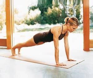 Следите за своим телом во время выполнения упражнения - корпус нельзя заваливать, держите его ровно
