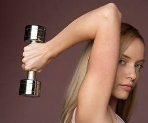 Девушкам нужно отдавать предпочтение не весу отягощений, а большому количеству повторений