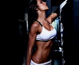 Быстрая потеря веса грозит истощением организма, поэтому не стоит торопиться, нужно сжигать жир постепенно
