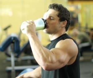 Во время тренировки нельзя пить коктейль, лучше это сделать после ее завершения